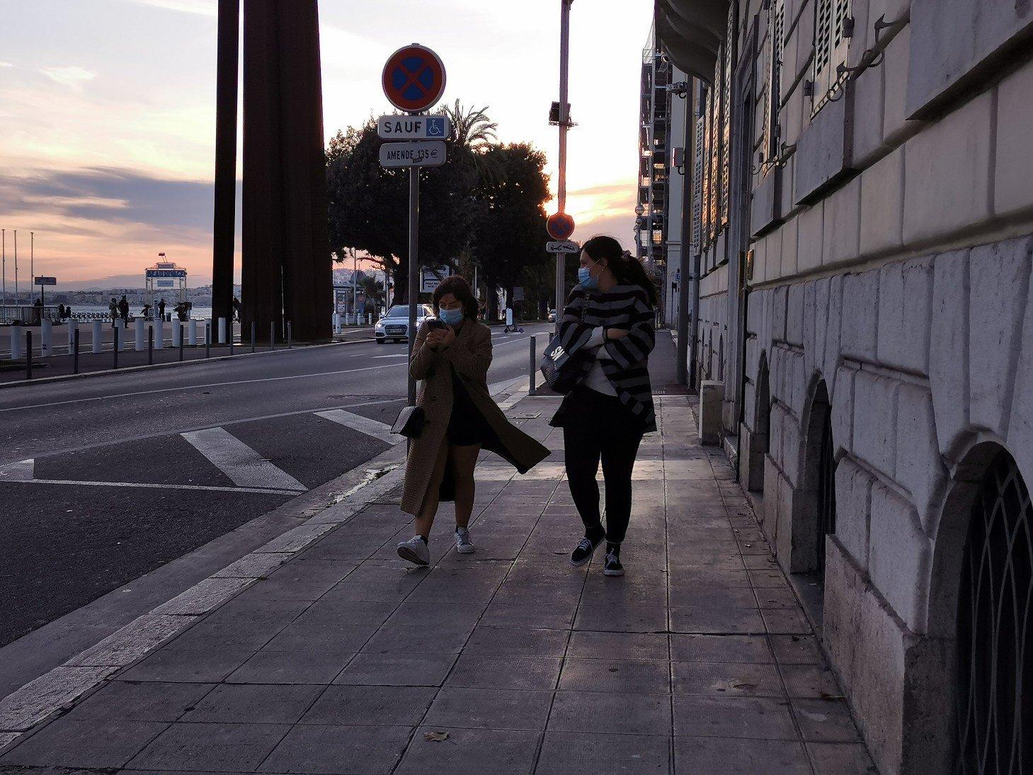海岸通りでマスクをする人が見られました。