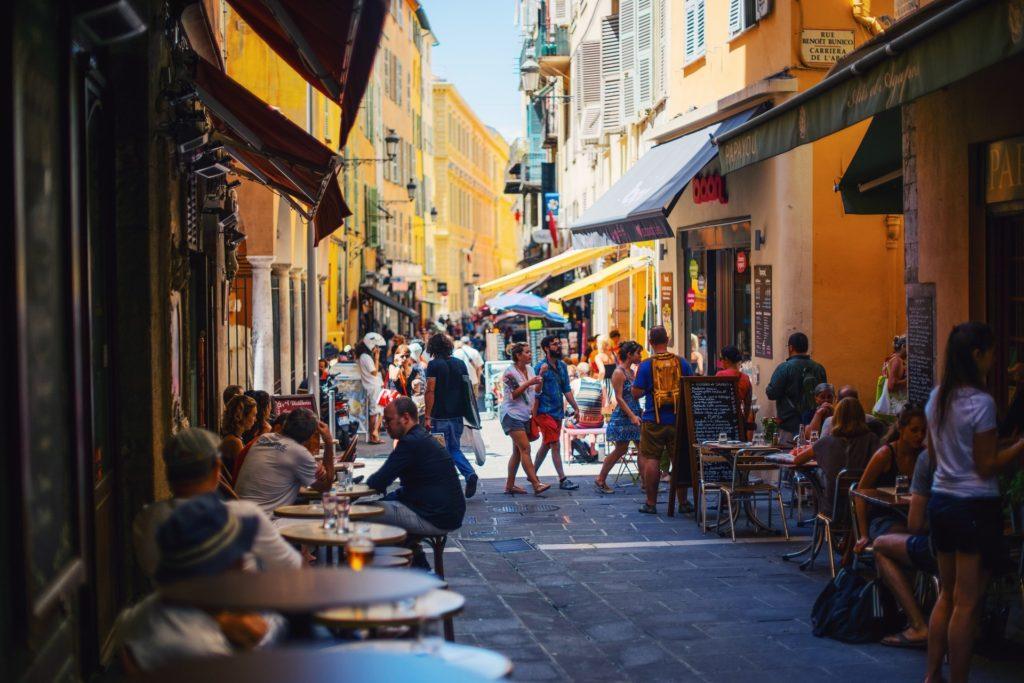 夏のニースの旧市街
