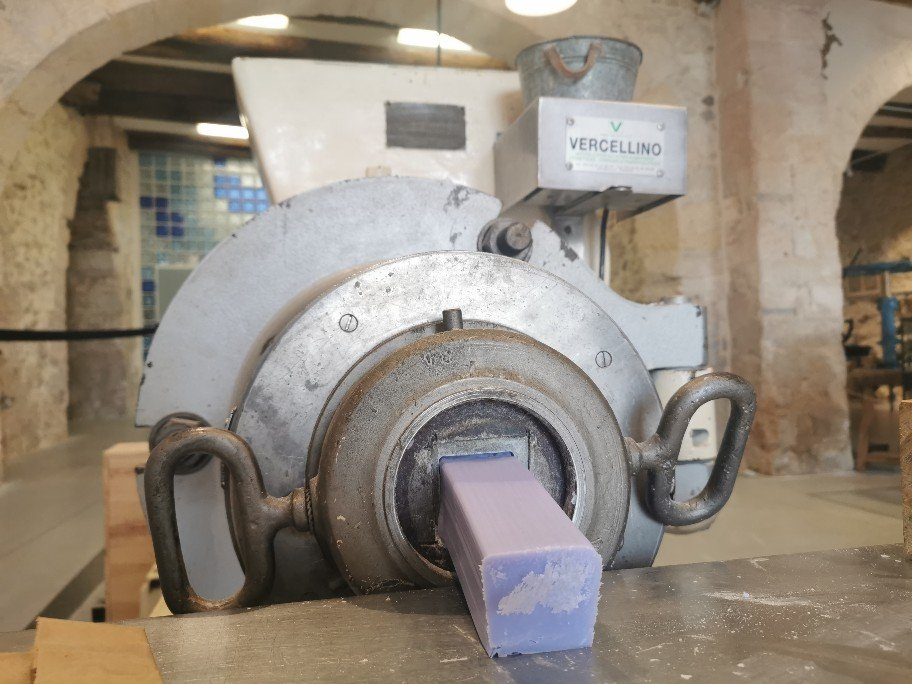 この機械からマルセイユ石鹸が勢い良く出てきます。